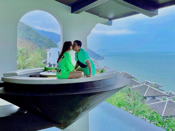 Hariwon và Trấn Thành kỷ niệm 4 năm ngày cưới trong một khu resort cao cấp tại Đà Nẵng. Đây là nơi Hari từng dẫn mẹ ruột tới nghỉ dưỡng hồi tháng 6. Như mọi lần, cặp đôi lầy lội không quên quay vlog giới thiệu căn phòng với hồ bơi ngoài trời, sau đó thưởng thức bữa tiệc tại nhà hàng 3 sao Michelin.