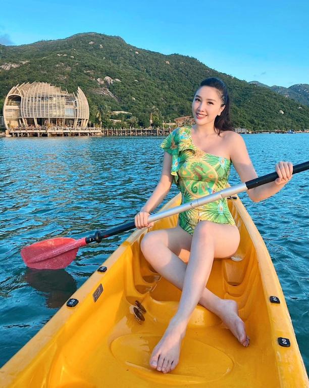 Bảo Thy cùng ông xã quay lại resort ở Nha Trang - nơi cách đây vài tuần cô vừa kỷ niệm một năm ngày cưới - để chào đón năm mới 2021. Nàng công chua bong bóng dành buổi chiều cuối cùng của năm để chèo thuyền thư thái trên vịnh Ninh Vân.