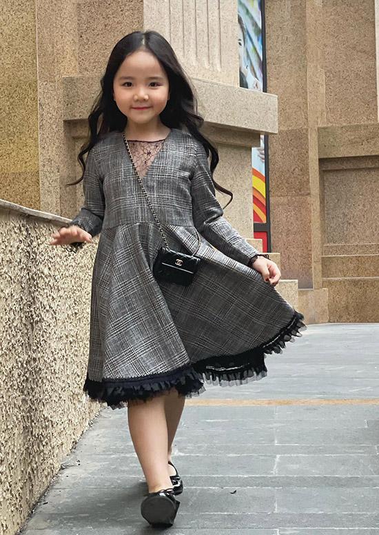 Con gái Trang Nhung hơn 5 tuổi diện chiếc váy trong sưu tập dành cho mẹ và bé do nữ diễn viên mới thiết kế.