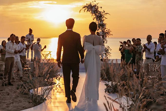 Cả hai chọn lựa lúc hoàng hôn buông ở bãi biển đẹp nhất Phú Quốc để làm lễ.