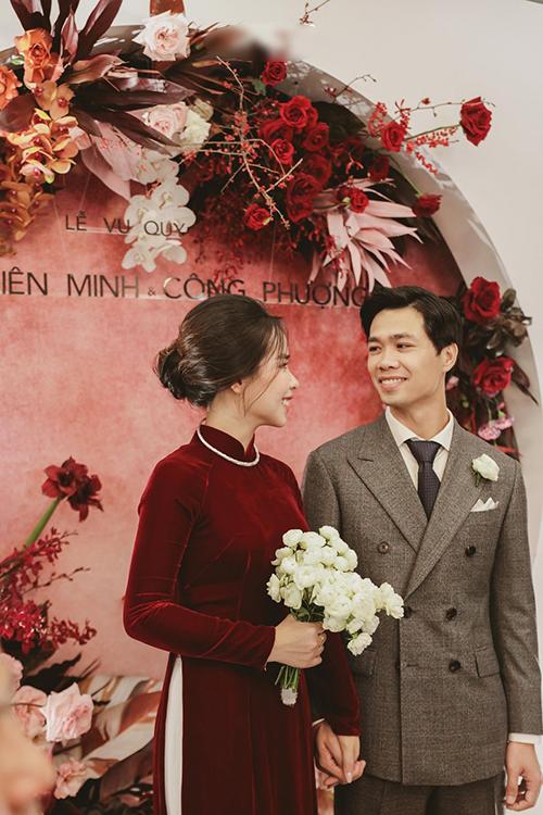 Cặp vợ chồng nhìn nhau tình tứ trong lễ vu quy ở TP HCM.