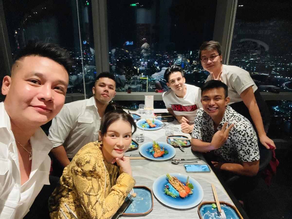 Tiệc tất niên của Lý Nhã Kỳ ở nhà hàng cao nhất Sài Gòn