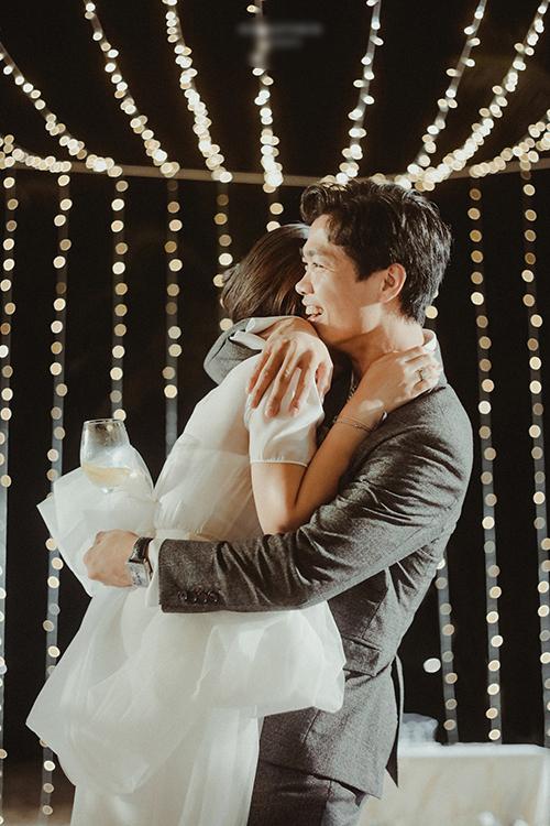 Ngày 1/1, Công Phượng lần đầu tiết lộ những bức ảnh đẹp trong hôn lễ của anh với cô dâu Viên Minh tại TP HCM, Nghệ An và Phú Quốc vào năm ngoái. Trong đám cưới, Công Phượng ôm chặt cô dâu và còn có nhiều khoảnh khắc tình tứ bên vợ.