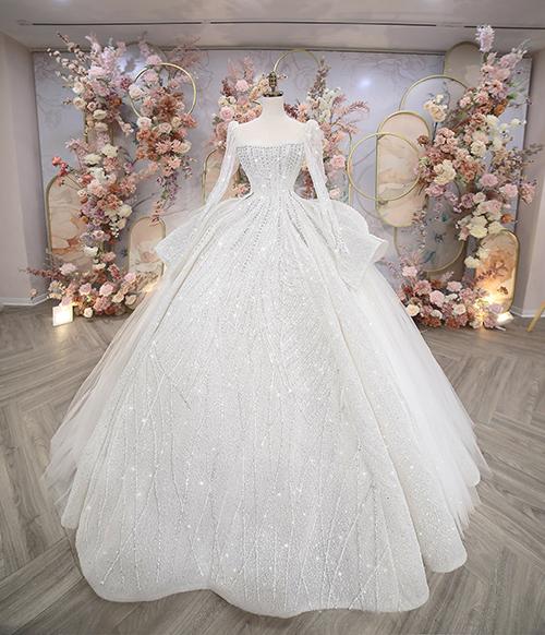 Bên cạnh đó, NTK Linh Nga còn sử dụng vải muslin kết hợp vải đính đá crystal nhuyễn ánh bạc, được nhập khẩu trực tiếp từ Anh Quốc để tạo nên độ lộng lẫy ở mặt ngoài váy và độ bồng bềnh cho phần trong váy.