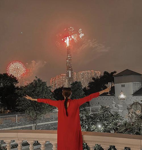 Lan Khuê chọn váy suông với sắc màu đậm chất lễ hội khi tổ chức tiệc đón năm mới bên những người thân trong gia đình.