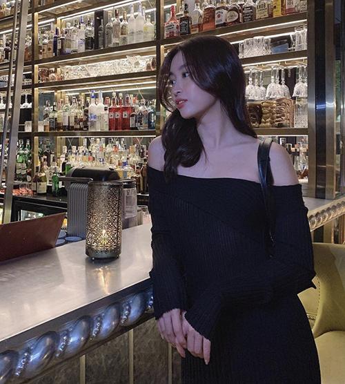 Hoa hậu Đỗ Mỹ Linh khoe vai trần gợi cảm trong thiết kế váy dệt kim được ưa chuộng ở mùa mốt 2020/2021.