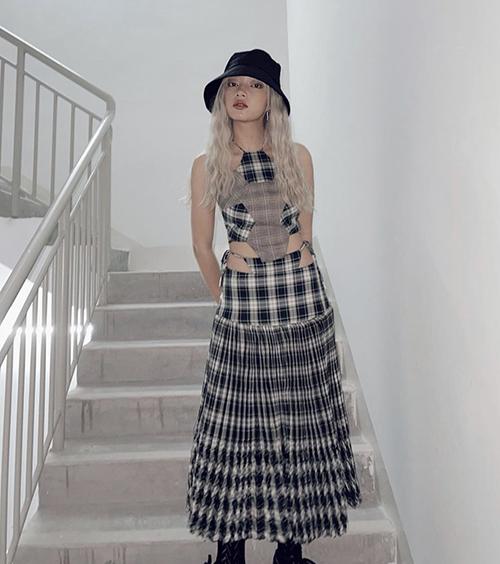 Váy cổ yếm thiết kế trên chất liệu vải ca rô được Châu Bùi chọn lựa để khoe dáng khi gửi lời chúc mừng năm mới tới fan.