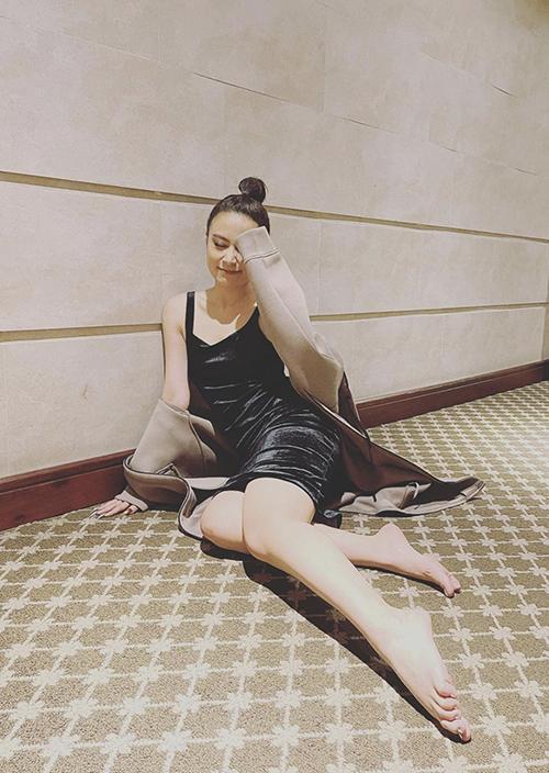 Hoàng Thuỳ Linh tranh thủ khoe dáng sexy với váy nhung đen và áo khoác dạ khi vừa đi biểu diễn về.