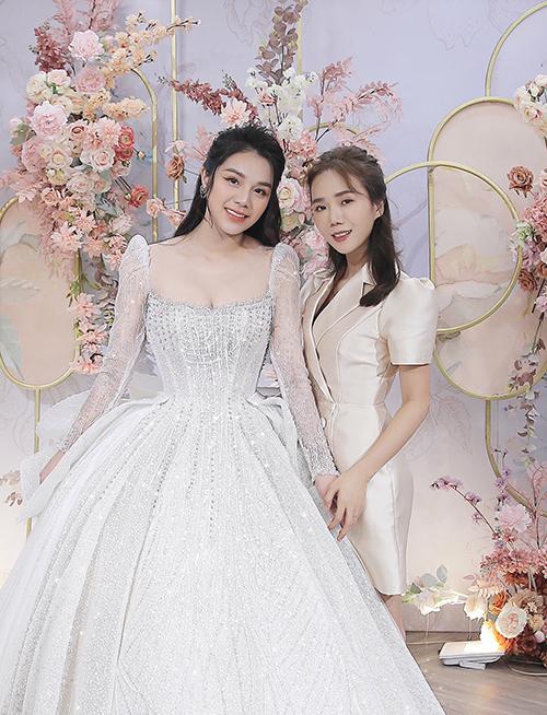 Mở màn cho mùa cưới năm 2021 sẽ là đám cưới của trung vệ Bùi Tiến Dũng và cô dâu Khánh Linh ngày 2/1 ở Hà Tĩnh.