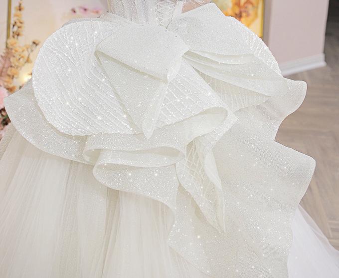 Đặc biệt, NTK Linh Nga đã sử dụng công nghệ siết eo Victorian corset mới nhất kết hợp với chi tiết xếp nếp bồng tạo điểm nhấn ở sau đuôi váy, đã góp phần giúp vòng eo của vợ Trung vệ Bùi Tiến Dũng thon gọn đến 12 cm.