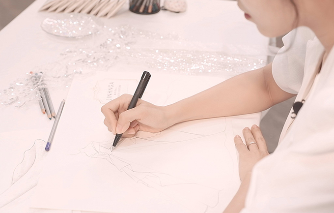 Khánh Linh tiết lộ sẽ diện 2 mẫu váy cưới thuộc dòng cao cấp, được thiết kế độc quyền bởi NTK Linh Nga. Ngoài ra, cặp đôi Tiến Dũng - Khánh Linh sẽ tổ chức 2 đám cưới hoành tráng tại Bắc Ninh và Hà Nội, vào ngày 8 và 10/1 sắp tới.