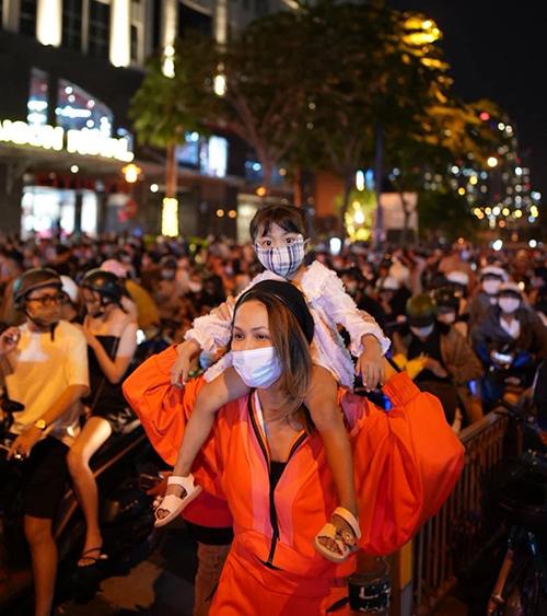 Hoa hậu HHen Niê chọn trang phục mang phong cách thể thao với tông cam bắt mắt khi hoà cùng dòng người đi ngắm phái hoa, chào đón năm mới.