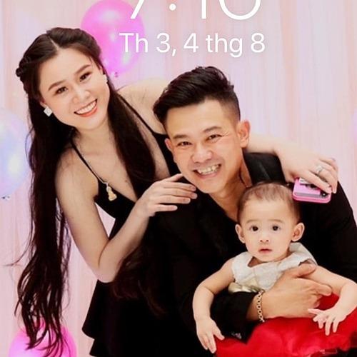 Hình ảnh Vân Quang Long hạnh phúc bên vợ và con gái Helen được Linh Lan đăng tải.