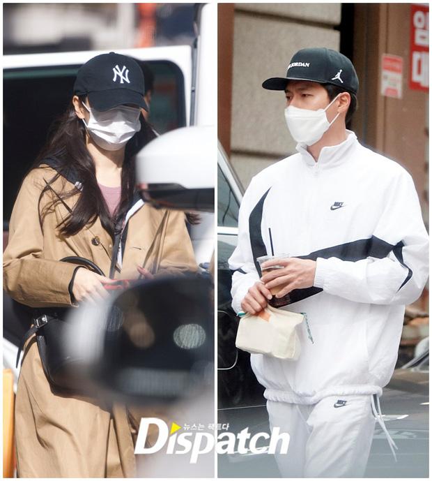 Son Ye Jin (trái) và Hyun Bin được bắt gặp tại một địa điểm.