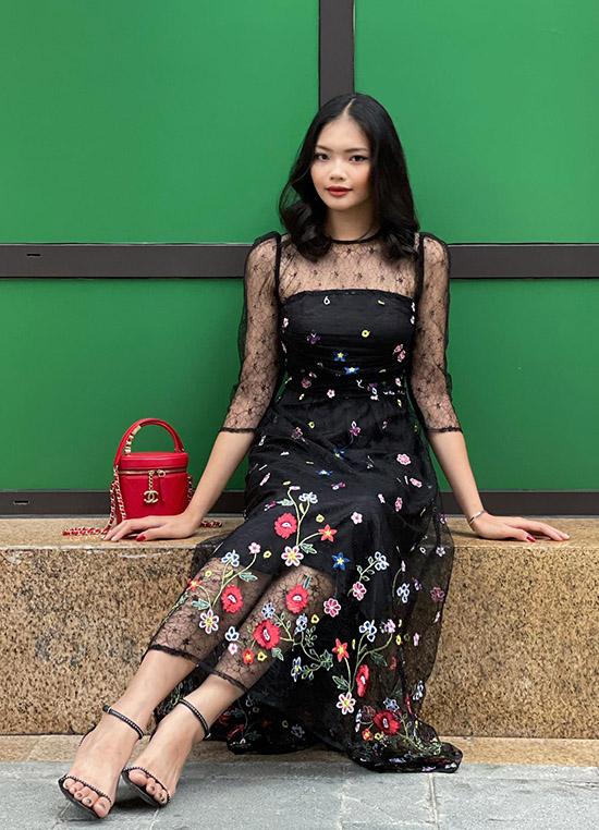 Thanh Trâm sở hữu vóc dáng mảnh mai, vẻ đẹp hiện đại pha chút hoang dã. Cô thích mẫu váy hoa kết hợp vải ren mềm mại, hoạ tiết tinh tế trong sưu tập mới của Trang Nhung.