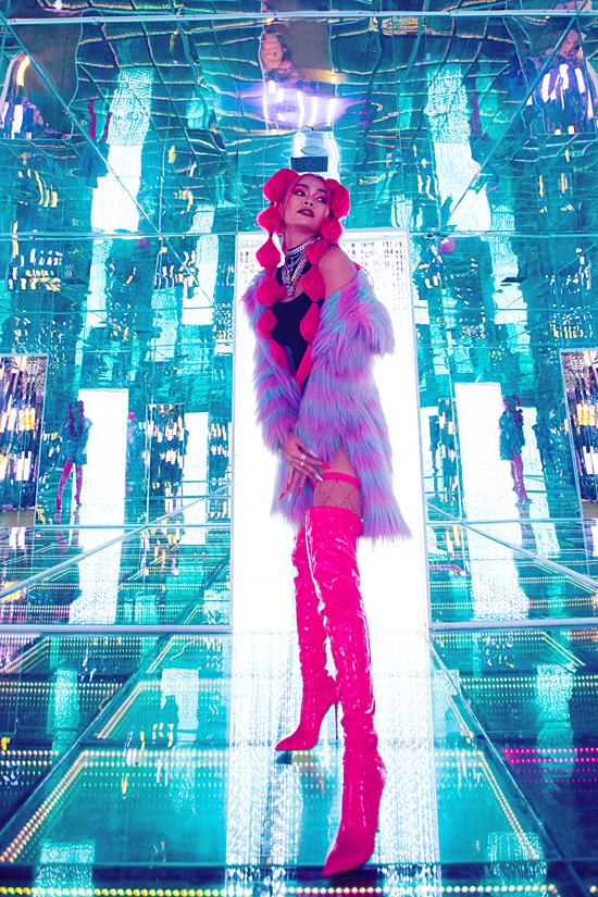 Trong bộ ảnh mới, Mâu Thủy kết hợp trang phục vừa ton-sur-ton vừa tôn sắc vóc.