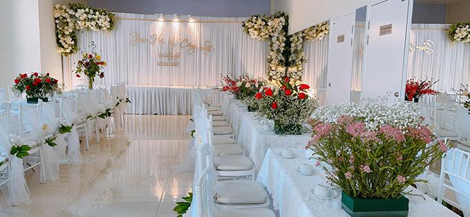Bàn chữ nhật, ghế Chiavari được lựa chọn để làm bàn trà nước tiếp đón nhà trai và các khách quý. Hoa baby, hồng tươi được sử dụng để tô điểm không gian.