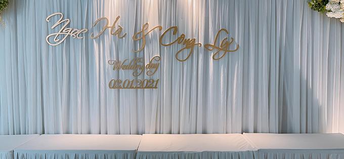 Khu vực bàn trắng được xếp sẵn để đặt các tráp lễ. Bảng tên của uyên ương được mạ vàng cùng thông tin ngày cưới.