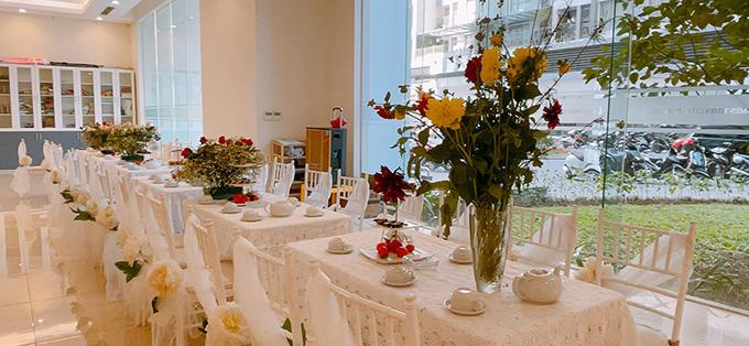 Các ghế ngồi đều được buộc thêm dải lụa trắng và hoa để tạo điểm nhấn. Lúc 15h, gia đình đôi bên sẽ thực hiện các nghi thức trong đám hỏi. Đến 18h, cô dâu chú rể sẽ tổ chức tiệc cưới ở khách sạn hạng sang ở Hà Nội. Cô dâu Ngọc Hà sẽ diện váy cưới từ NTK Lek Chi cho hôn lễ.