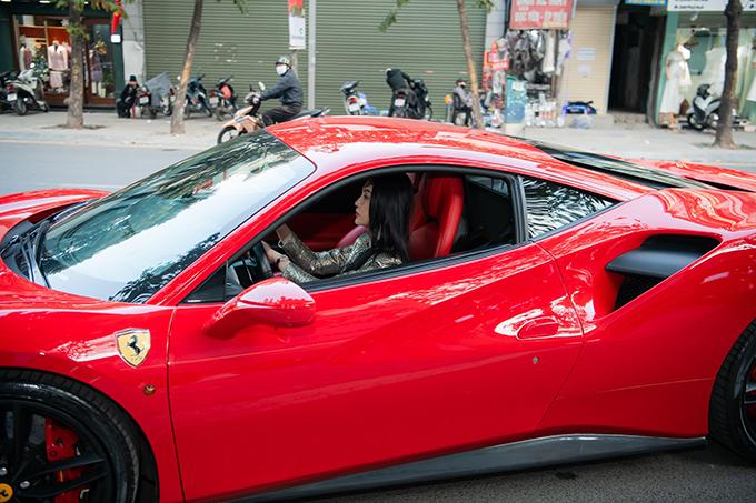 Chiếc xe này được Tuấn Hưng tậu từ năm 2017 và là phương tiện di chuyển chính của nam ca sĩ. Hương Baby thỉnh thoảng mới lái xe này đi sự kiện. Thường ngày, cô đi xe Mercedes-Benz S450L Luxury trị giá 5 tỷ đồng.