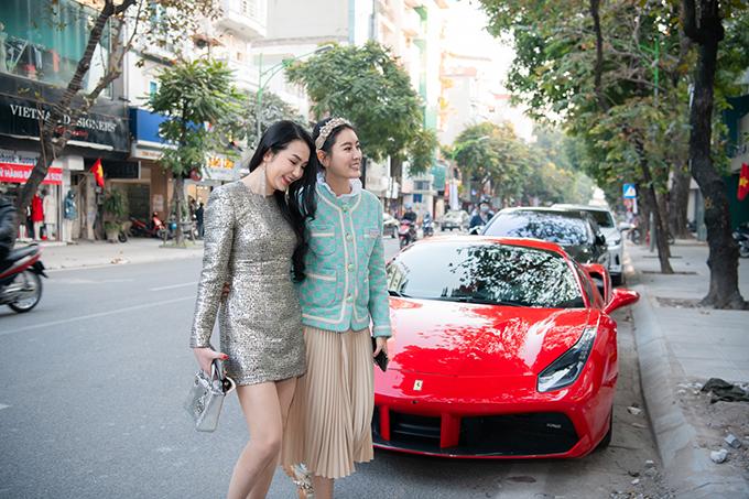Hà Lade ra tận cửa để đón Hương Baby vào thăm cửa hàng mới khai trương của mình. Hai người là chị em thân thiết từ nhiều năm nay. Điều Hương Baby yêu thích nhất ở Hà Lade là sự chân thành.