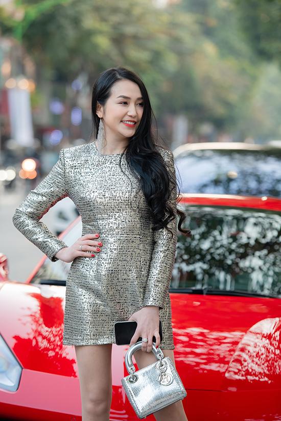 Tại sự kiện, Hương Baby khoe chân dài với váy ngắn phối cùng phụ kiện đắt tiền. Ngoài trang sức kim cương, cô xách túi Dior Lady trị giá hơn 100 triệu đồng và đồng hồ Classic Butterfly khoảng 2,5 tỷ đồng.