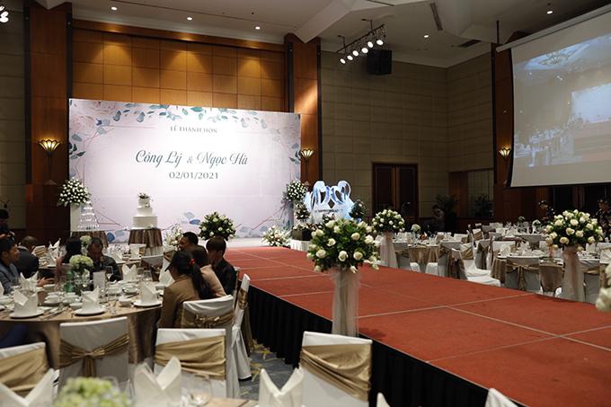 Hội trường tiệc cưới mang sắc trắng nhẹ nhàng, phù hợp với tính cách của uyên ương. Bàn tròn, ghế bouquet phù hợp với không gian tiệc rộng lớn và đem lại sự sang trọng.