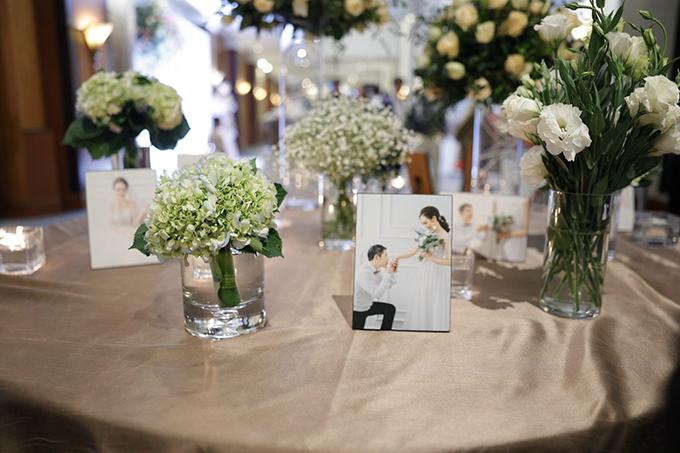 Phía bàn tiếp tân của đám cưới được tô điểm với các loại hoa cẩm tú cầu, baby... đều mang sắc trắng cùng các ảnh cưới chụp trong studio của uyên ương.