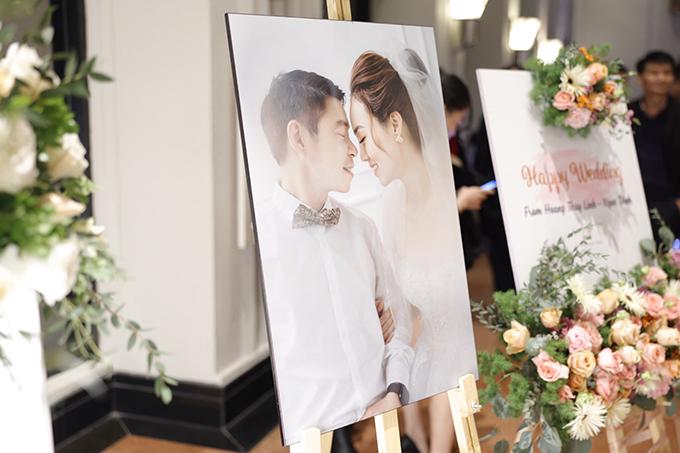 Bảng welcome cùng với ảnh chân dung của uyên ương là dấu hiệu nhận diện khu vực tiệc cưới. Trong ngày vui, bố mẹ Ngọc Hà chúc con gái - con rể hạnh phúc tới đầu bạc, sớm có tin vui.
