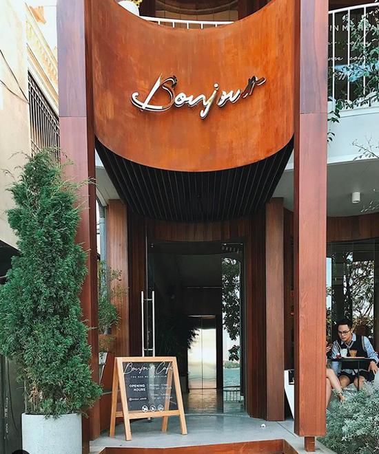Mặt tiền của Bonjour Cafe hướng ra hồ Tây. Ảnh: coffeewthtee
