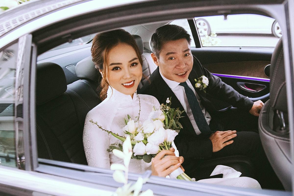 Mọi thủ tục được tiến hành đơn giản, ấm cúng. Sau hai lễ ăn hỏi và rước dâu, cặp đôi tổ chức đám cưới tại một khách sạn sang trọng vào tối 2/1.