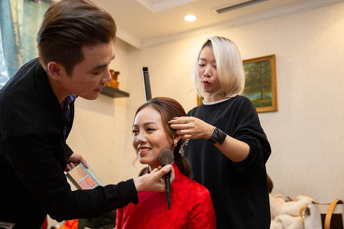 Trước đó, Ngọc Hà được chuyên gia trang điểm John Kim chuẩn bị kỹ lưỡng cho ngày trọng đại. Cô chọn bộ dài gấm đỏ rực của NTK Kenny Thái.