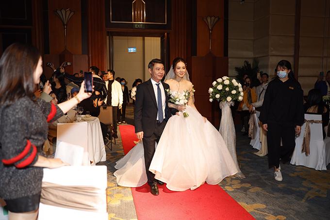 NTK Lek Chi tiết lộ chị và ekip dành khoảng 200 giờ làm việc để may thủ công 3 chiếc váy cưới cho cô dâu Ngọc Hà