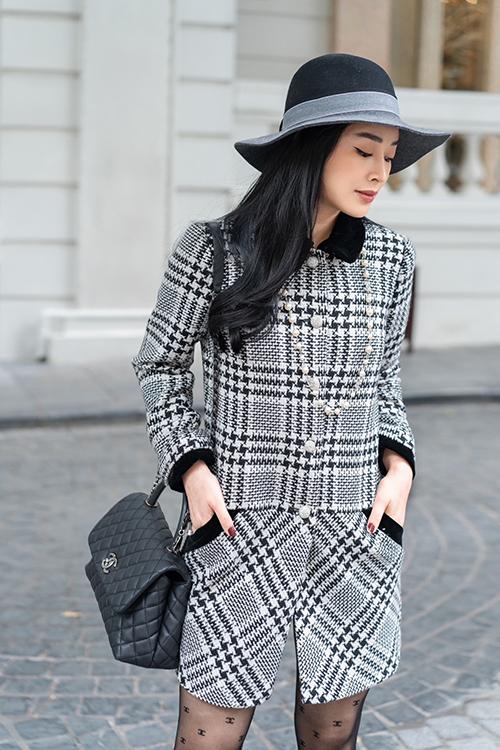 Bộ suit ngắn trên chất liệu vải tweed được Mai Thanh Hà phối hợp ăn ý cùng mũ fedora đen cùng túi Chanel tiệp màu.