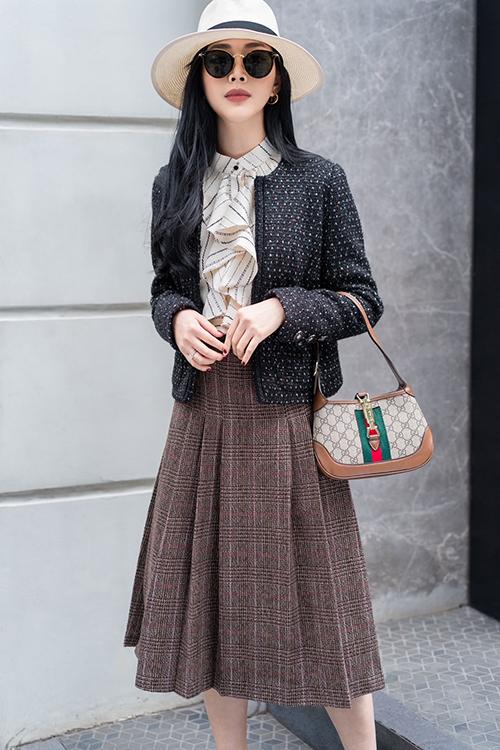 Jacket vải tweed làm mưa, làm gió ở mùa thu đông 2020 cũng được Mai Thanh Hà chọn lựa. Trên bộ cánh mang hơi hướng cổ điển, diễn viên sử dụng túi Gucci mùa mới để hoàn thiện set đồ.