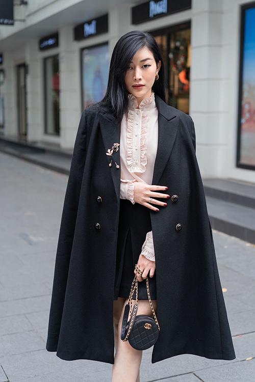 Cùng với các mẫu váy áo dành cho mùa lạnh, Mai Thanh Hà còn sử dụng loạt phụ kiện đắt đỏ của Chanel, Gucci, Chloe, Bottega Veneta để tăng độ sang chảnh.