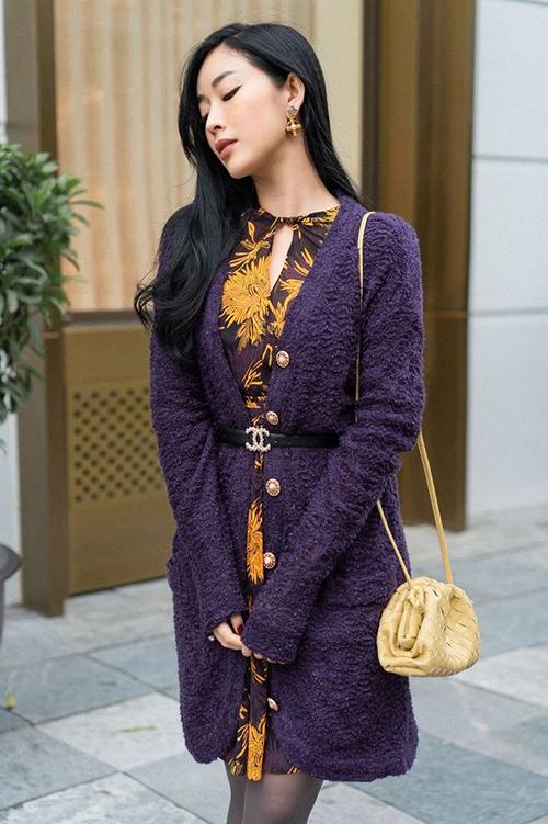 Áo cardigan dáng dài được phối hợp một cách bắt mắt với dây dưng da cùng đầm hoạ tiết gam màu rực rỡ.