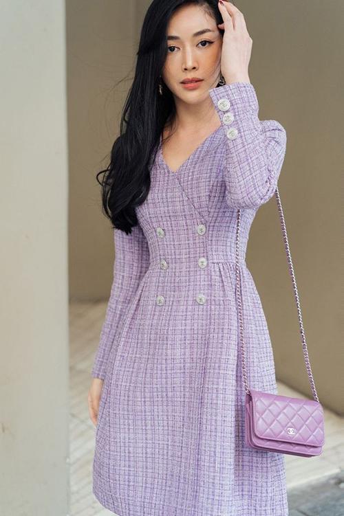 Diện váy liền thân lấy cảm hứng từ vẻ đẹp của các mẫu đầm classic, nữ diễn viên sử dụng túi Chanle để phối đồ ton sur ton.