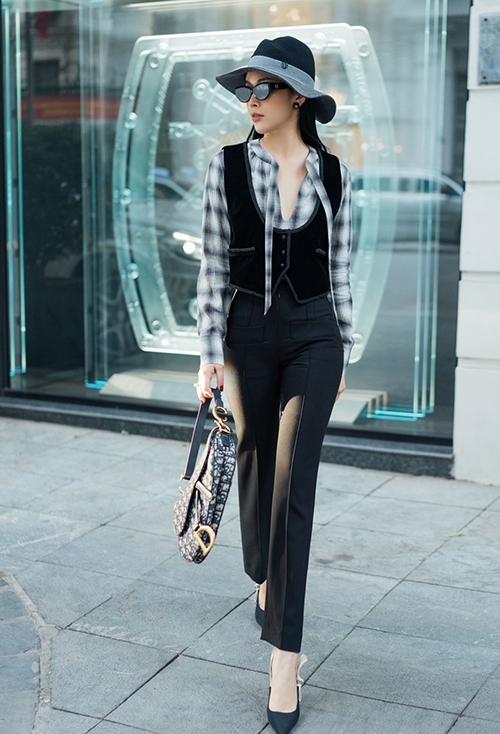 Ngoài các dáng váy tôn nét điệu đà, Mai Thanh Hà chọn thêm áo ghi-lê nhung đen để mix cùng sơ mi hoạ tiết, quần ống đứng và túi yên ngựa của Dior.