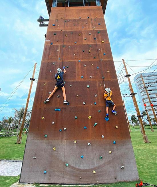 Con trai Hà Tăng chơi cảm giác mạnh cùng bố mẹ ở resort Nha Trang - 4