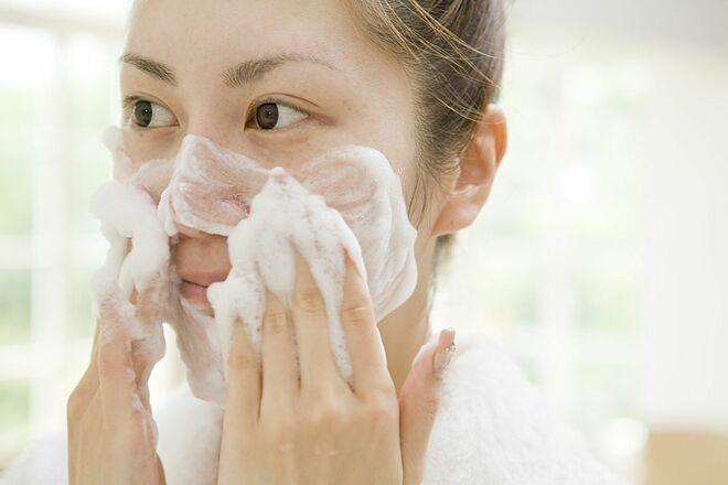 Bạn cần tạo bọt sữa rửa mặt rồi mới thoa lên da.