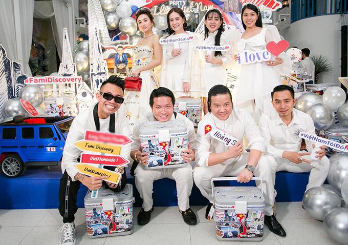 Nhà thiết kế Phạm Đăng Anh Thư (đứng thứ hai từ phải qua) hào hứng dự buổi tiệc ở quán bar trang trí theo phong cách Hy Lạp.