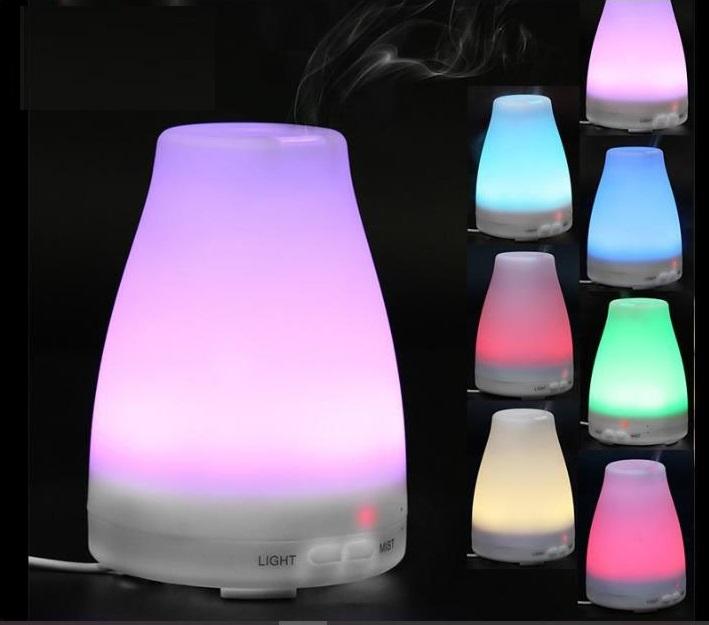 Combo máy khuếch tán tinh dầu đèn Led 7 màu FX2012, tặng kèm ba loại tinh dầu gồm sả chanh, bưởi và cam Lorganic, mỗi chai 10 ml. Thiết kế máy nhỏ gọn với phần chân đứng chắc chắn, giúp tăng cường độ ẩm, làm mát không khí vào những ngày khô hanh.