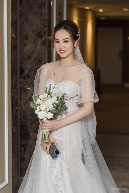 Ngọc Hà xuất hiện rạng rỡ trong tiệc cưới tối 2/1 sau trang điểm và diện váy của NTK Lek Chi