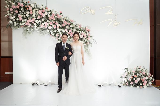 Tối 2/1, NSND Công Lý và cô dâu Ngọc Hà đã tổ chức tiệc cưới tại khách sạn hạng sang ở Hà Nội. Trong ngày vui, cô dâu được chuyên gia trang điểm John Kim làm đẹp.