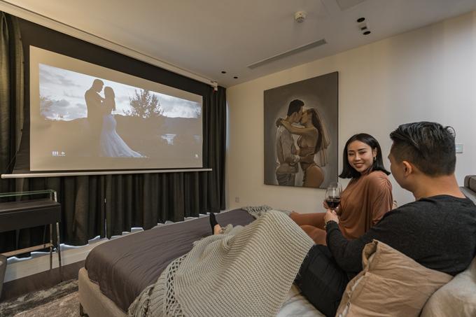 Để đáp ứng nhu cầu thư giãn của gia chủ và giấu đi kệ TV, tối ưu hóa diện tích, KTS gợi ý lắp hệ máy chiếu âm trần, biến phòng ngủ thành rạp chiếu phim tại gia.