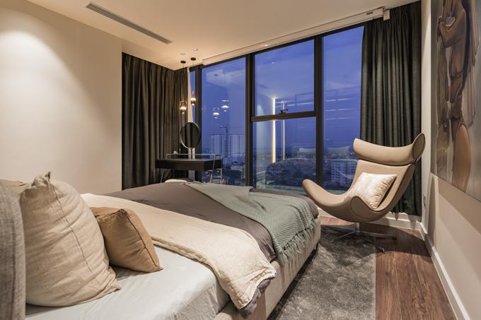 Phòng ngủ master có thiết kế đơn giản, trang nhã, hướng giường nhìn thẳng ra cửa sổ lớn, giúp gia chủ nhìn ngắm quang cảnh thành phố về đêm.
