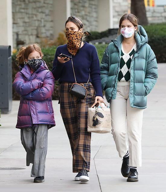Jessica Alba (giữa) bên con gái Honor (phải) và Haven.