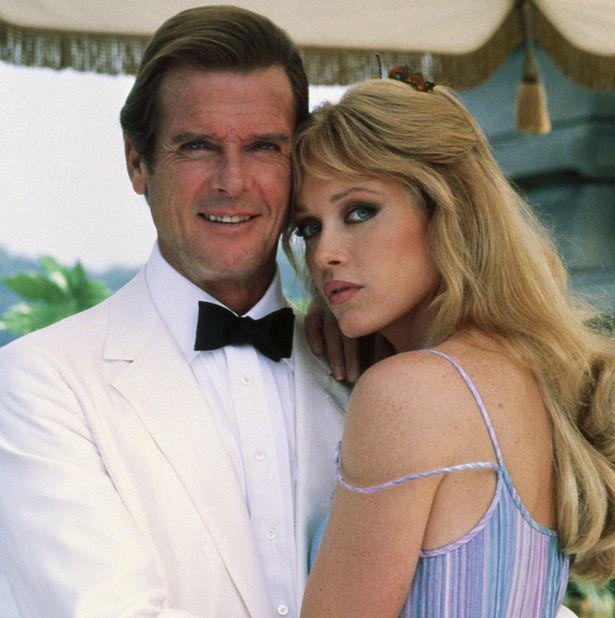 Tanya Roberts và Roger Moore trong phim Bond A View to a Kill.