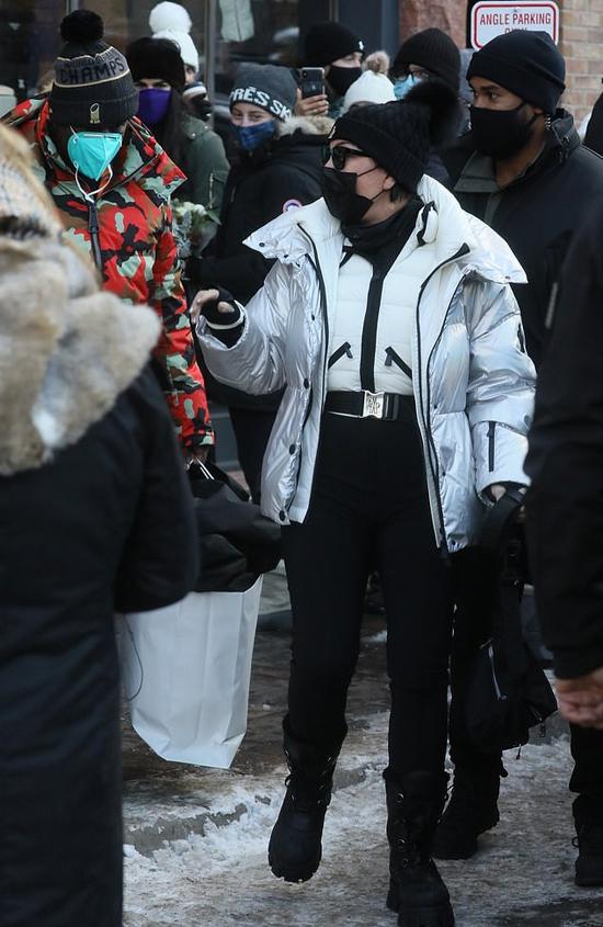 Bà Kris Jenner - mẹ của Kylie và Kendall - đi dạo mua sắm cùng bồ trẻ Corey Gamble (áo đỏ).